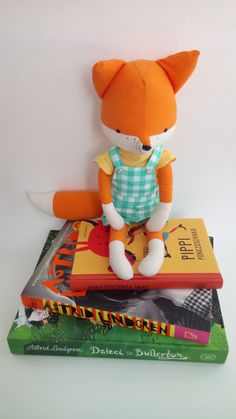 Aquí está mi segunda fox inspirado en Los seis Bullerby los niños. Su nombre es Bosse. Le encanta vivir en la naturaleza, ir para las caminatas largas y la construcción de chozas de palo. Tal un brillante pequeño zorro!  El zorro es hecho de algodón, rellenos de fibra de poliéster hipoalergénica y bordado con hilo.  El zorro no es apto para niños menores de tres años de edad ya que hay unos botoncitos que se utiliza para la ropa. Fácilmente podría hacer el mono sin botones. Por favor añadir…