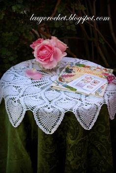 FREE PATTERN ~ C ~ @  http://lacycrochet.blogspot.com/2013/10/royal-pineapple-table-topper.html Royal Pineapple Table Topper ~