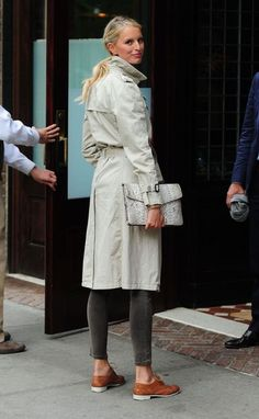Karolina Kurkova timeless chic in classic trench coat worn with Oxford shoes #StreetStyle