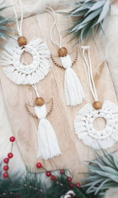 Scandi Christmas Decorations, Easy Christmas Crafts, Diy Christmas Ornaments, Wooden Ornaments, Christmas Christmas, Deco Noel Nature, White Xmas Tree, Bohemian Christmas, Macrame Design