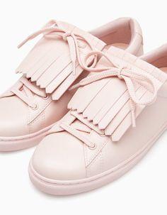 Trendy Sneakers  2017/ 2018 : Chez Stradivarius tu trouveras 1 Baskets franges  pour femme pour seulement 39.