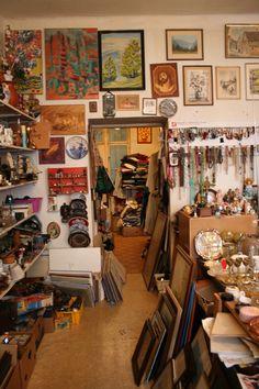 Stadtbekannt empfiehlt euch den Altwarenhändler in der Hippgasse. Shops, Dubai, Photo Wall, Vintage, Decor, Furniture Shopping, City, Places, Viajes