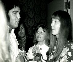 ELVIS WITH SOME FANS IN 1972