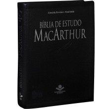Consagrada nos Estados Unidos e com mais de um milhão de exemplares já distribuídos em todo o mundo, a premiada Bíblia de Estudo MacArthur também ganhou uma edição em português. Com texto bíblico na tradução Almeida Revista e Atualizada (RA).