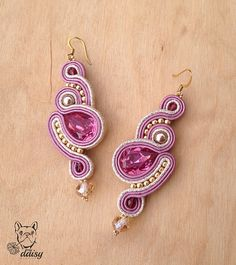 Orecchini soutache rosa e oro pendenti  soutache pendant Pink Earrings, Clay Earrings, Dangle Earrings, Soutache Pendant, Soutache Necklace, Shibori, Fabric Jewelry, Beaded Jewelry, Handmade Necklaces