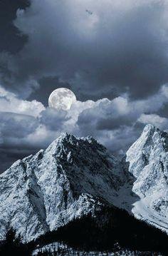 Mond über Bergandschaft, Grainau, Bayern, Deutschland