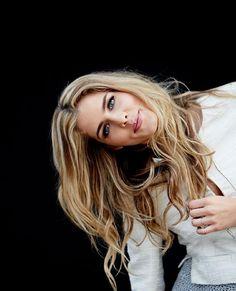 Emily Bett Rickards {Felicity Smoak is my spirit animal! Felicity Smoke, Arrow Felicity, Emily Bett Rickards, Blonde Actresses, Actors & Actresses, Beautiful Celebrities, Gorgeous Women, Pretty People, Beautiful People