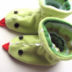 Tutorial by Rae: Dragon Slippers. or skip the Dragon part and just make some Fun Fleece Slippers. Toddler Christmas Gifts, Toddler Gifts, Diy Christmas Gifts, Baby Gifts, Sewing Tutorials, Sewing Crafts, Sewing Projects, Fleece Projects, Diy Crafts
