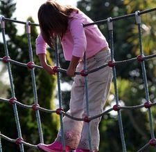 How to Make a Climbing Rope Netting Grid – natural playground ideas Outside Playground, Natural Playground, Backyard Playground, Playground Ideas, Backyard Gym, Backyard Projects, House Projects, Garden Projects, Rope Fence