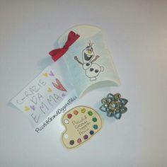 Regalini ospiti compleanno. Scatolina e contenuto. Tutto interamente handmade.  #piccoliegrandioggettifelici #olaf #elsa #frozen #disney #birthday #gift #guestgift #handmade #paper #bigliettidavisita #card #colour #star #stelle #carta #paper #christmas #natale #origami #gold #oro   Follow us also on facebook https://m.facebook.com/Piccoli-e-grandi-oggetti-felici-253006854873386/
