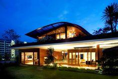 průčelí, tráva, terasa jen před částí domu