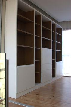 Biblioteca moderna combinando madera y laquedo blanco, con puertas Home Office, Playroom, Shelving, Living Room, Wood, Furniture, Home Decor, Collages, Decorating Ideas