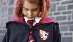 Make your own Harry Potter Gryffindor Crest Patch with my easy No-Sew pattern and instructions. Use it on a Harry Potter costume or to embellish a sweater. Weasley Harry Potter, Harry Potter Wand, Ginny Weasley, Hermione Granger, Themed Halloween Costumes, Wizard Costume, Diy Costumes, Hogwarts Costume, Hogwarts Robes