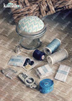 www.kamalion.com.mx - Recuerdos / Giveaways / Detalles Personalizados / Vintage / Bautizo / It's a boy / Azul / Blue / Kit de costura / Mason jar / Sewing kit / Costureros / Hilo / Aguja / Alfileres / Botones.
