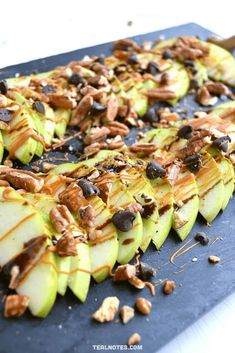 Apple Nachos: A Healthy Snack Idea That's Ready In 5 Minutes Best Dessert Recipes, Apple Recipes, Fun Desserts, Dinner Recipes, Snacks For Work, Healthy Work Snacks, Healthy Recipes, Healthy Desserts, Healthy Foods