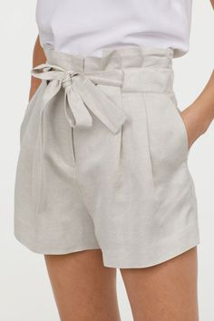 Linen-blend Shorts - Light beige - Ladies H&M US 2 Girly Outfits, Summer Outfits, Fashion Outfits, Fashion Styles, Bermudas Fashion, Fashion Shorts, Natural Fiber Clothing, Short Niña, Mode Shorts