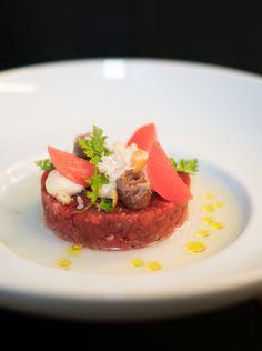 Beef Tatar Menü Vorspeise im Restaurant.   #bullerei #timmälzer #speisekarte Restaurant, Steak, Food, Food Menu, Hamburg, Simple, Diner Restaurant, Essen, Steaks