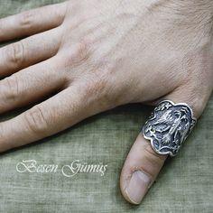 Çift Başlı Kartal Figürlü Gümüş Okçu Zihgir Yüzüğü  Besen Gümüş www.besengumus.com  #besen #gümüş #takı #aksesuar #çift #başlı #kartal #figürlü #gümüş #okçu #zihgir #yüzüğü #izmit #kocaeli #istanbul #besengumus #tasarım #moda #erkek  Fiyat Bilgisi ve Satın Almak İçin https://besengumus.com/erkek-yuzuk/cift-basli-kartal-figurlu-gumus-okcu-zihgir-yuzugu.html  Sorularınız İçin Whatsapp 0 544 6418977 Mağaza 0 262 3310170