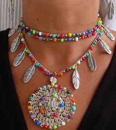 Questa bella collana era alluncinetto con cordone cerato beige/ecrù, perle di vetro, perle di metallo e piume dargento tibetane. Può essere indossato vicino al collo o semplicemente più sciolto, stretto e tuttavia ti piaccia. Il pizzo è abbastanza a lungo per avvolgere 2 volte intorno al collo. Ogni estremità della stringa è chiusa da con alcune perle di vetro e una piuma dargento tibetana. Si tratta di uno di un genere e sarà guardare grande in estate o in inverno.  Questo collana croch...