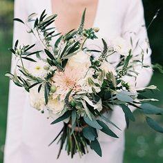 Estamos de queixo caído com esse buquê assimétrico.  #casarei #wedding #casamento #instawed #instawedding #buquê #bouquet
