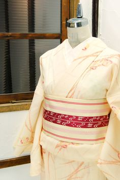 淡いはちみつ色をおびたクリーム色地に、朱や紅美しく遠州椿のような花と草葉模様が浮かび上がるサマーウールと思われる単着物です。 #kimono