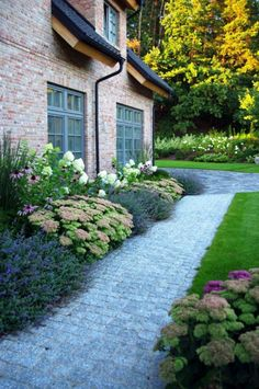 Path to front door ideas gravel path front yard front yard vorgarten ideas - Gartengestaltung Side Yard Landscaping, Home Landscaping, Inexpensive Landscaping, Garden Cottage, Diy Garden, Garden Ideas, Garden Pool, Modern Garden Design, Landscape Design