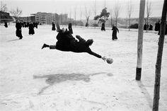 """La fotografía más célebre de Masats es la de este cura estirándose para detener el balón en un partido de fútbol. """"Es la foto por la que me pregunta todo el mundo"""", dice su autor."""