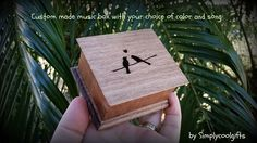THIS IS A WIND UP MUSIC BOX! IT HAS THE WIND UP KEY ON THE BOTTOM OF THE WOODEN BOX, YOU NEED TO WIND IT UP FIRST, THEN LET IT GO AND IT PLAYS THE SONG OVER AND OVER FOR ABOUT 1-2 MIN!  THIS MUSIC BOX