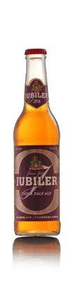 JUBILER - INDIA PALE ALE - Jubiler - India Pale Ale je svrchně kvašený světlý speciál vyšší plnosti s 15,3 % EPM (extraktu původní mladiny) a o síle 7 % objemového alkoholu. Jde o jeden z mnoha světových pivních stylů. Svrchně kvašené pivo poprvé navařené v Anglii v 19. století. Tehdejší sládkové hledali pivo, které by vydrželo několikaměsíční plavbu do jejich tehdejších kolonií, především pak do Indie. Byly známé konzervační účinky chmele a alkoholu a proto se tehdy standardně vyráběné pivo… Malt Beer, Brew Pub, Brewery, Beer Bottle, Alcoholic Drinks, The World, Ale, Branding, Community