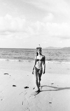 kate moss by corinne day for the face 1991 Vogue Uk, Vogue Vintage, Queen Kate, Foto Instagram, Foto Pose, Summer Aesthetic, 90s Aesthetic, The Bikini, Beach Bum