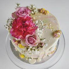 Keväisen värikäs aidoin kukkasin koristeltu kakku, täytteenä vadelmaa ja valkosuklaata. . . #syntymäpäiväkakku #syntymäpäivät #täytekakku #valkosuklaavadelmakakku #dripcake #buttercreamcake #flowercake #cakeflowers #berry.bakes #hankasalmi Berries, Baking, Cake, Desserts, Food, Tailgate Desserts, Deserts, Bakken, Kuchen