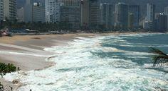 Se sale el mar en Acapulco, por fuerte oleaje (Foto) - Aristegui Noticias