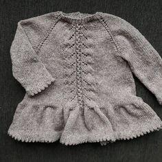 Færdig!! Bluse med flæser. Nu skal jeg lave en mere med korte ærmer :-) opskriften skal også skrives... en del af #mayflowermydesign #mayflowerknitting #egetdesign #mydesign #egenopskrift #strikkedesign #strikdesign #barnestrik #børnestrik #barnestrikk #easycarecottonmerino #knittingaddict #knittersofintagram #mayflowermoments Baby Blanket Crochet, Crochet Baby, Knit Crochet, Knitting For Kids, Baby Knitting Patterns, Baby Barn, Baby Pants, Baby Winter, Baby Kind