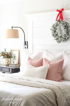 25 Christmas Bedroom Decor Ideas for a Cozy Holiday Bedroom! These fabulous Christmas bedroom decor ideas will help get your home ready for the holiday season! Here's how to decorate a bedroom for Christmas. Decor, Christmas Home, Christmas Tree With Gifts, Holiday Bedroom, Christmas Decorations Bedroom, Simple Bedroom, Classic Bedroom, Bedroom Vintage, Christmas Bedding