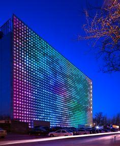 Xicui – Pékin Xicui est un immeuble abritant un complexe de jeux et de divertissement situé à Pékin (Chine). Ce projet est signé par le cabinet d'architectes Simone Giostra & Partners et ARUP. Equipé d'une Média façade en panneaux de Led RVB baptisée « Greenpix Zero Energy » disposés sur plus de 2 000m². A découvrir en images dans la suite de l'article en cliquant sur la photo.