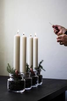 DIY idea: advent candles from jars filled with coffee beans, spruce and a candy cane Decoration Christmas, Noel Christmas, All Things Christmas, Winter Christmas, Christmas Crafts, Xmas, Holiday Decor, Christmas Candle, Christmas Advent Wreath
