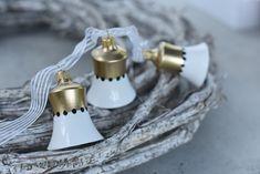 Die Note der Eleganz-Kollektion ist inspiriert von einfachen Motiven und schlanken Farben wie Schwarz, Weiß und Gold. Die ganze Kollektion ist minimalistisch, mit Dekoren mit Streifen, Punkten oder kleinen Motiven. Diese Kollektion bringt skandinavischen Einfluss dank seiner Einfachheit und Eleganz. Basic Colors, Colours, Nordic Style, Decorative Bells, Gold, Touch, Pure Products, Elegant, Black