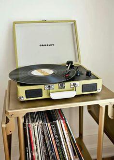 Un tocadiscos es un sistema de reproducción del sonido del tipo electromecánico analógico.