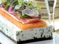 Quark cake with kalix caviar and sour onions Swedish Recipes, Swedish Foods, Sandwich Cake, Sandwiches, Kiss The Cook, Low Carb Recipes, Yummy Food, Healthy Food, Delish