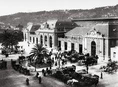 NICE. Les omnibus des hôtels, stationnés devant la gare P.L.M., vers 1890.