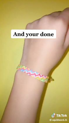DIY, glij knoop voor armband, sieraden, jewellery videos to do when bored Yarn Bracelets, Diy Bracelets Easy, Embroidery Bracelets, Bracelet Crafts, Seed Bead Bracelets Diy, String Bracelet Patterns, Diy Bracelets With String, Diy Friendship Bracelets Tutorial, Friendship Bracelets Designs