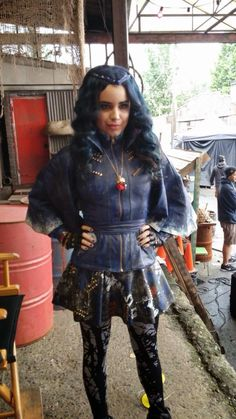 Sofia Carson's first time wearing her Evie outfit! Disney Descendants Characters, Evie Descendants, Dove Cameron Style, Sophia Carson, Mal And Evie, Epic Film, Disney Channel Original, Post Apocalyptic Fashion, Bride Pictures