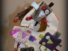 """Broche hibou """"Petits cadeaux de Noël """" Formation Couture, 4th Of July Wreath, Creations, Wreaths, Decor, Small Christmas Gifts, Gift Ideas, Sewing Lessons, Decoration"""