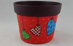 Vaso Violeta G Vermelho Corações C.823 no Elo7 | Viviane Cerâmicas (7F7097) Flower Pot Art, Flower Pot Crafts, Clay Pot Crafts, Fun Crafts, Painted Plant Pots, Painted Flower Pots, Decorated Flower Pots, Pottery Painting, Terracotta Pots