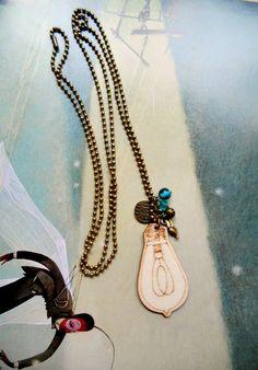Colgante de madera con cadena y abalorios de metal y cristal. Bajo mi Paraguas