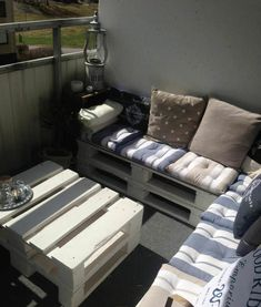 #Balcony, #PalletLounge, #PalletSofa, #RecyclingWoodPallets Pallets really suit small spaces too! Perfect example with this balcony lounge.