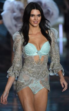 KENDALL IN VICTORIA SECRET SHOW