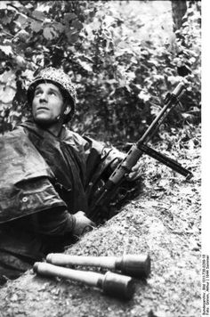 German paratroopers in France summer 1944; note FG 42 rifle and Model 24 grenades. Credit: Bundesarchiv Bild 101I-738-0289-18 Athur Grimm.