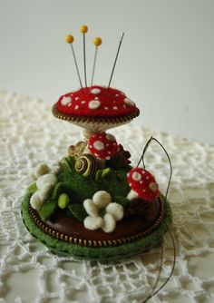 Wonderful felt mushroom arrangement from Woollyfabulous, take a look at her Etsy shop and look at all the pictures............all the tiny little details....just perfect!!