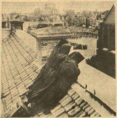 De foto die Simon E Smit maakte van twee nonnen die naar de Taptoe Delft kijken - Leeuwarder Courant, 1955 (KB)